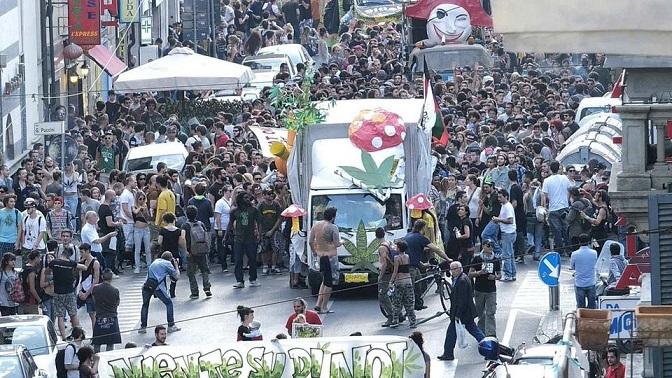 Pisa. Street parade antipro